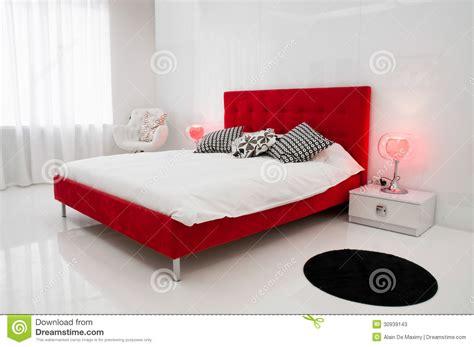 Oriental Bedroom Ideas el cuarto blanco con una cama roja fotos de archivo