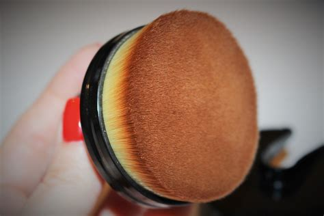 Cailyn O Wow Brush Cailyn Oval Brush cailyn cosmetics o circle brush review really ree