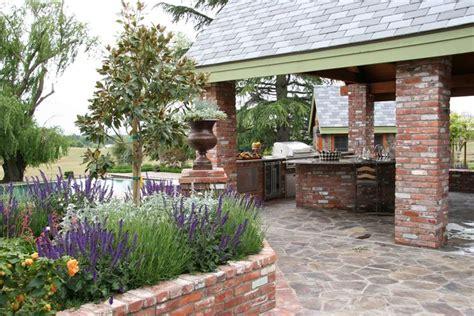 mattoni esterno per giardino attrezzare il giardino in fai da te con mattoni
