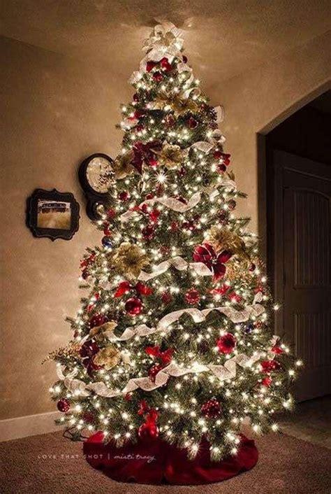 albero di natale illuminato albero di natale rosso foto design mag
