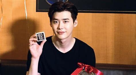 film yang dibintangi lee jong suk promosi vip lee jong suk pamer foto pelukan dengan