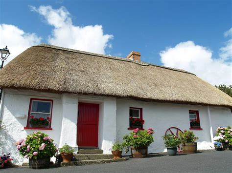 cottage in irlanda cottage thatched in irlanda fotografia stock immagine