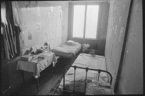 anne franks bedroom anne frank s bedroom refurnished in february 1986 anne
