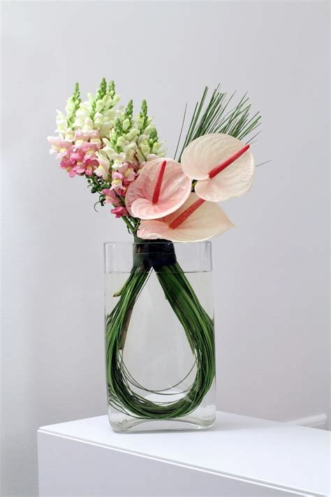 Modern Flower Arrangements In Vase by Best 25 Modern Flower Arrangements Ideas On Modern Floral Design Modern Floral