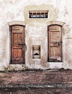 royalty  photo red wooden door closed pickpik