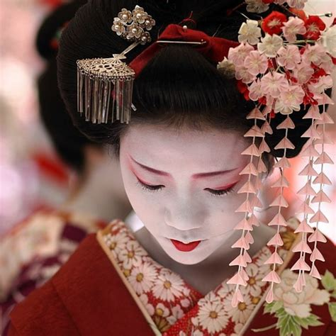 Japanese Artists Give Sony Products A Pretty Of Paint by Die Geheimnisse Der Geishas Enth 252 Llen Inspiration Aus Japan
