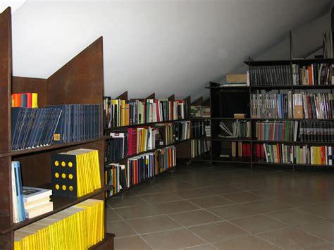 libreria per mansarda libreria per sottotetto arredamenti per mansarde su