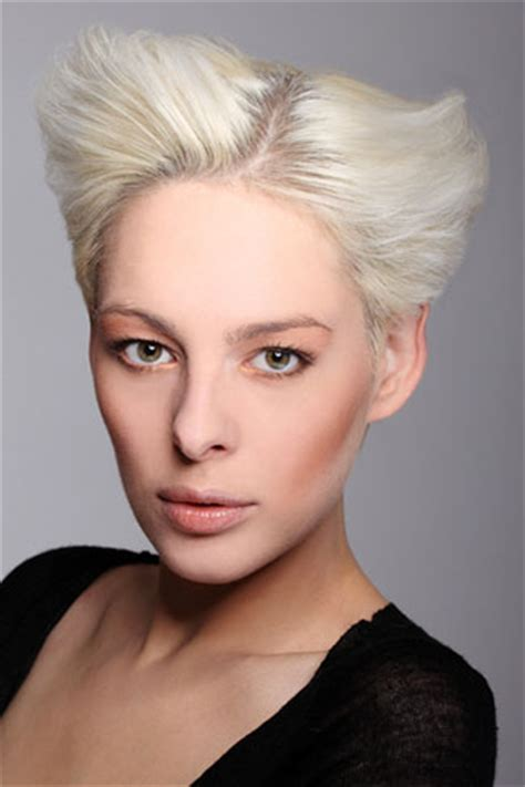 die casual kurzhaarfrisur fuer blonde haare