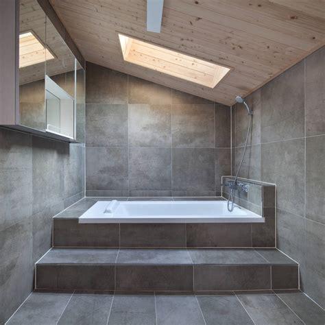fliesenwand im badezimmer 6 ideen f 252 r modernes fliesen verlegen