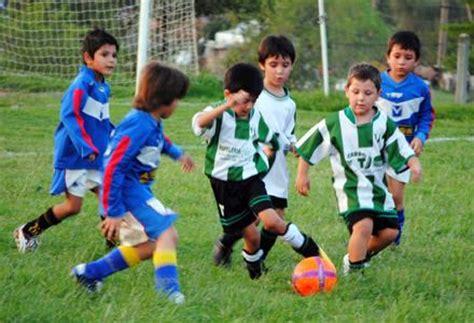 imagenes de niños jugando al futbol imagenes de chicos jugando al futbol imagui