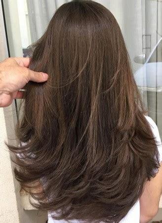 model rambut layer panjang lurus tampak belakang seputar