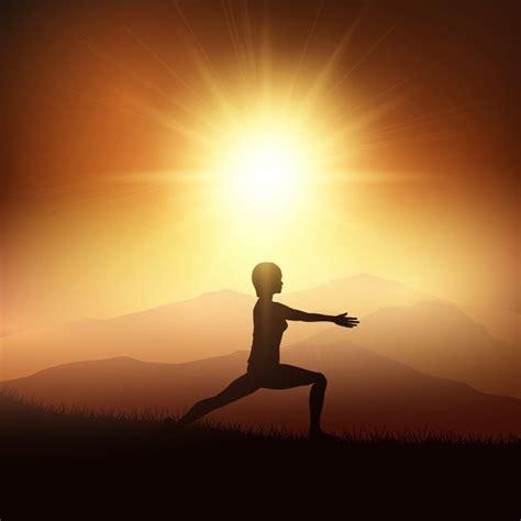 imagenes yoga mujer silueta de una mujer en una posici 243 n de yoga en contra de