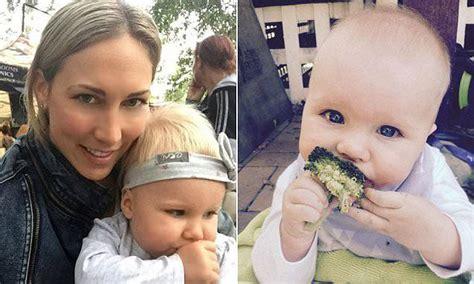 alimentazione uomo primitivo cresce la neonata nutrendola con la dieta dell uomo