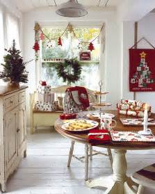 centerpiece kitchen table close:  christmas table decorating ideas for