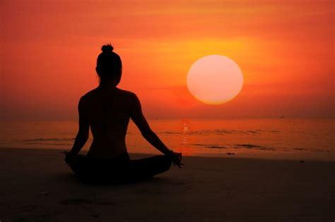 imagenes yoga mujer silueta de mujer haciendo yoga en una playa descargar