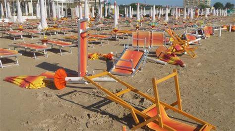 tucanos porto san giorgio porto san giorgio raid dei vandali in spiaggia distrutti