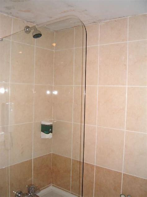wasserflecken an der decke bild quot badezimmer mit wasserflecken an der decke quot zu
