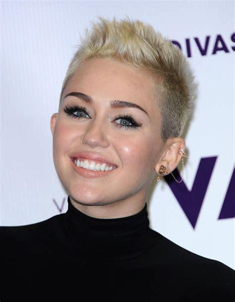 Coupe De Cheveux Femme Half Hawk by Le Half Hawk De Miley Cyrus Coiffures Ces Qui Ont Os 233 Changer De T 234 Te