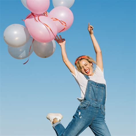 imagenes mujer alegre mujer alegre lanzando globos descargar fotos gratis