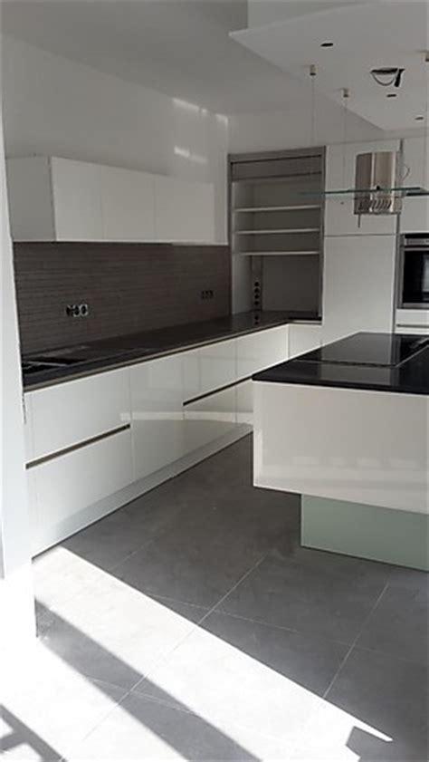 Küche Ohne Griffe by Gr 252 Ne Wand Wohnzimmer Idee