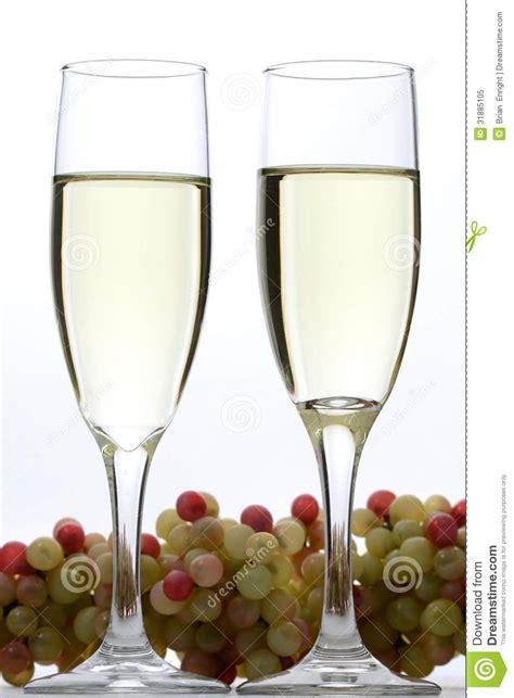 imagenes de uvas y copas copas de vino y uvas blancas foto de archivo libre de