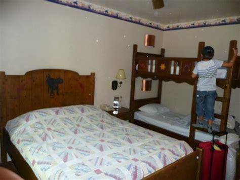 chambre hotel disney chambre pour quatre personnes picture of disney s hotel