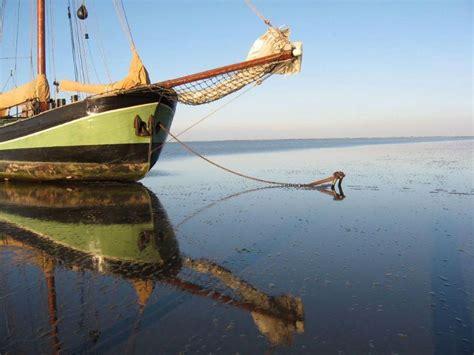 met een platbodem op zee platbodem huren een ruim overzicht van traditionele