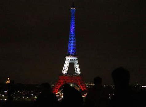 tour eiffel illuminata parigi la tour eiffel illuminata coi colori della francia