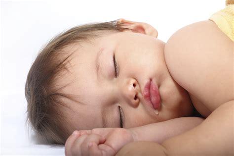 baby überstreckt kopf beim schlafen sleep solutions