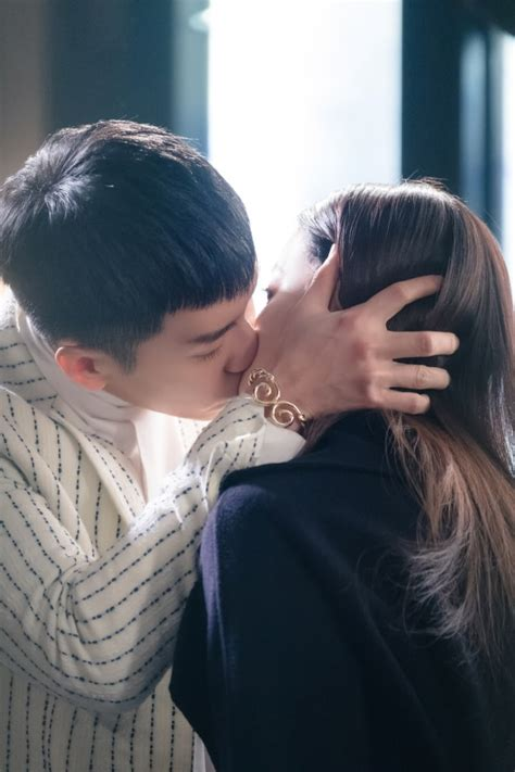 lee seung gi oh yeon seo soompi lee seung gi and oh yeon seo share romantic kiss in