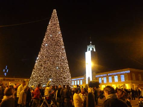 albero di natale illuminato albero di natale in piazza popolo illuminato