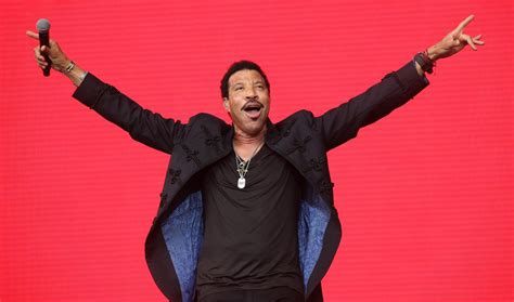 Kaos Lionel Richie Hello 05 lionel richie lands uk number 1 in 23 years after