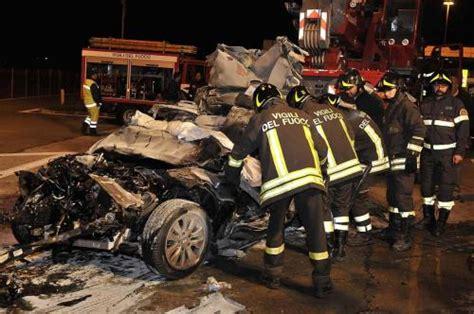 incidente stradale pavia pavia schianto frontale nella notte muoiono due fratelli
