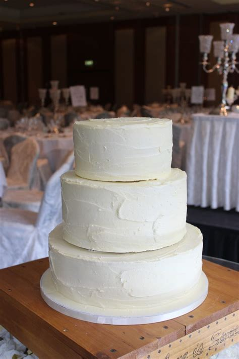 Naked & Buttercream Wedding ? Cake Rise