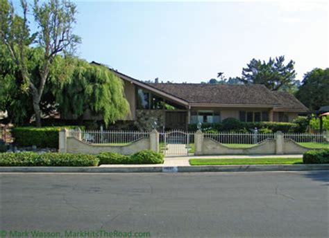 experiencing los angeles brady bunch house studio city mark hits the road to the brady bunch house studio city