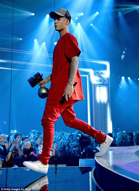 Loses Shirt While Performing Live 5 by Justin Bieber Big Winner At Mtv Awards As He Takes Home 5