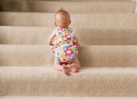 wann kann ein baby sitzen drehen sitzen stehen dem baby helfen baby und familie