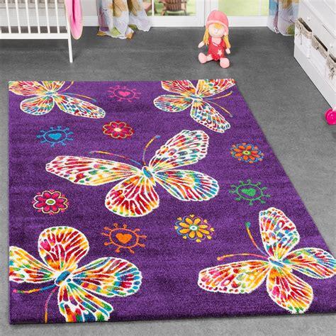 kinderzimmer in lila kinderteppich schmetterling design kinderzimmer