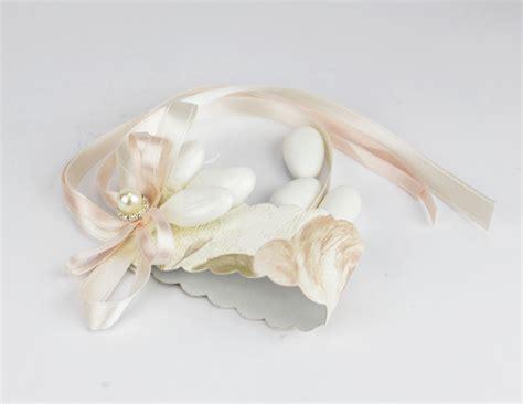 segnaposto con fiori segnaposto porta tovaglioli con 3 confetti decoro floreale