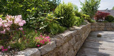 natursteinmauer mit holz lang gartengestaltung gartenbau