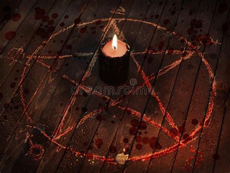 candela nera candela nera spaventosa nel cerchio pentagramma con le