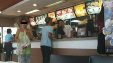 Handuk Piyama viral beli makanan di mcdonald perempuan ini cuma pakai handuk pt bestprofit futures jambi