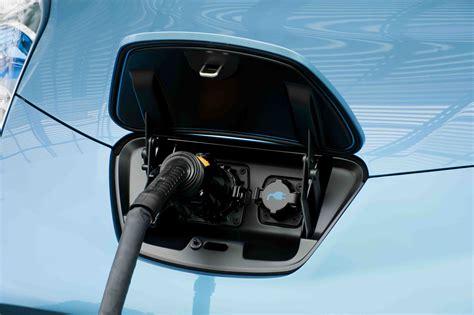 2011 Nissan Leaf plug in   AutoGuide.com News