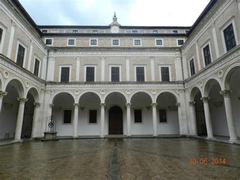cortile palazzo ducale urbino cortile d onore picture of palazzo ducale urbino