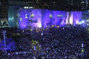 new year 2016 melbourne federation square crowds pack melbourne s cbd to welcome new year two
