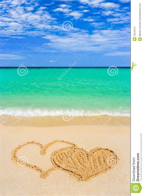 imagenes de corazones en la playa corazones conectados de drenaje en la playa fotos de