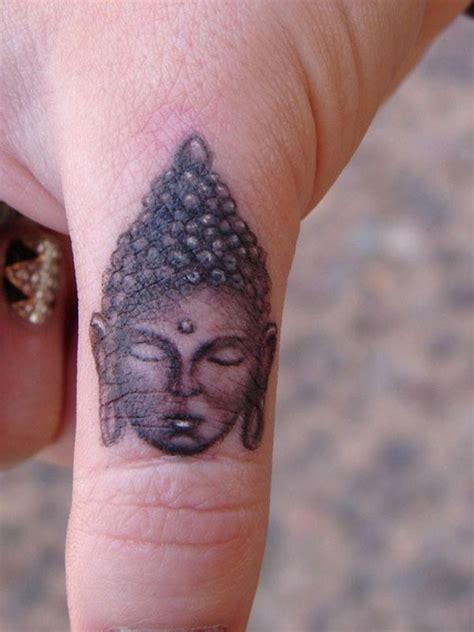kleines tattoo finger gro 223 artiges kleines graues buddhas gesicht tattoo am