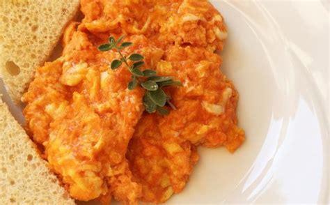 corriere cucina ricette uova strapazzate al pomodoro con salame cucina corriere it