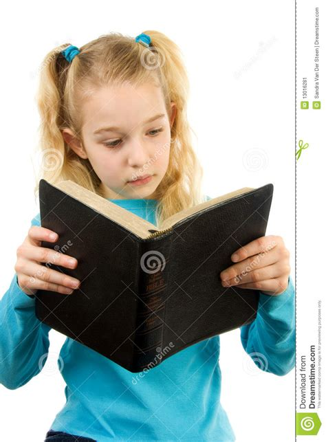 imagenes niños leyendo la biblia la ni 241 a est 225 leyendo la biblia imagen de archivo imagen