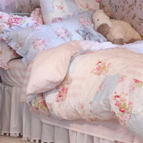 Cottage Chic Bedding by 10 Country Cottage Bedroom Decorating Ideas